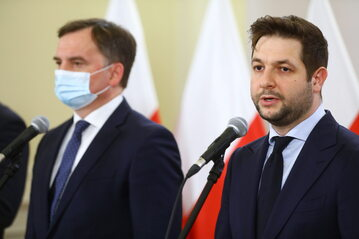 Minister sprawiedliwości, prokurator generalny Zbigniew Ziobro (L) oraz europoseł PiS Patryk Jaki (P) na konferencji prasowej