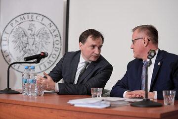Minister sprawiedliwości Zbigniew Ziobro oraz dyrektor Głównej Komisji Ścigania Zbrodni przeciwko Narodowi Polskiemu Andrzej Pozorski
