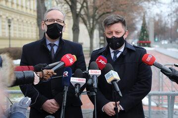 Minister zdrowia Adam Niedzielski i szef KPRM Michał Dworczyk podczas konferencji prasowej przed siedzibą KPRM w Warszawie