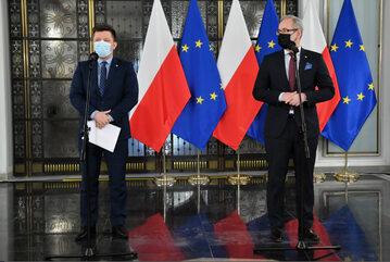 Minister zdrowia Adam Niedzielski (P) oraz szef KPRM Michał Dworczyk podczas wypowiedzi dla mediów