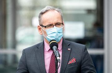 Minister Zdrowia Adam Niedzielski podczas briefingu prasowego