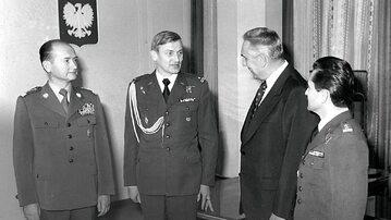 Mirosław Hermaszewski z gen. Wojciechem Jaruzelskim i Edwardem Gierkiem