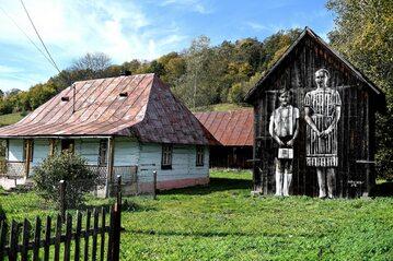 Mural Arkadiusza Andrejkowa na zabudowaniach gospodarstwa w Myczkowcach