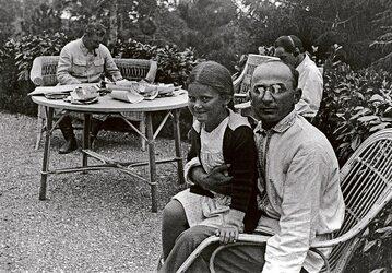 Na pierwszym planie Ławrientij Beria z córką Stalina Swietłaną, na drugim planie Stalin i Nestor Łakoba (w słuchawkach).)