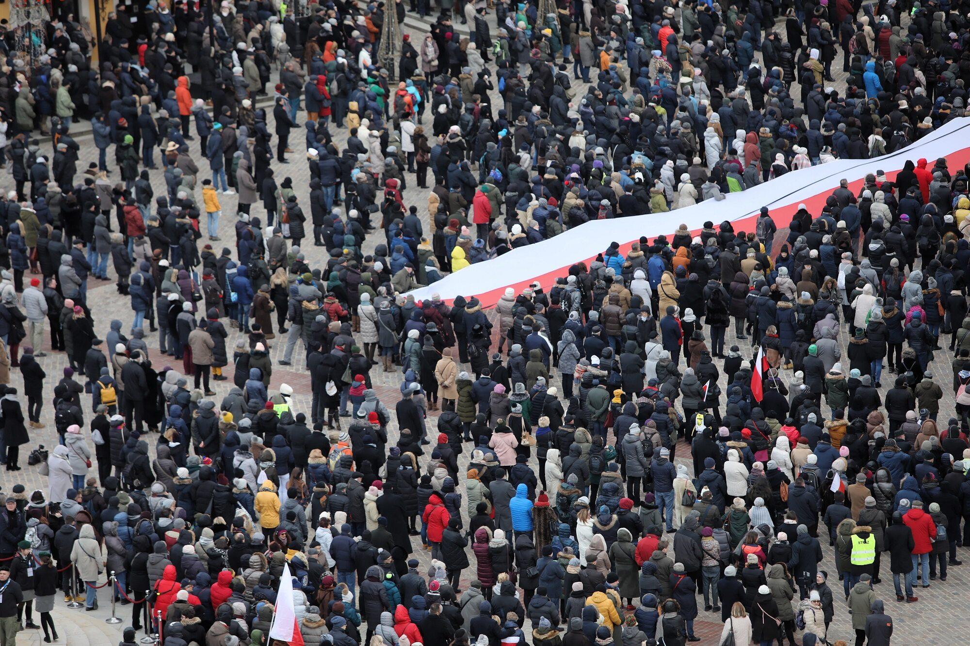 Na Placu Zamkowym został ustawiony ekran umożliwiający mieszkańcom Warszawy obejrzenie transmisji uroczystości pogrzebowych Pawła Adamowicza.