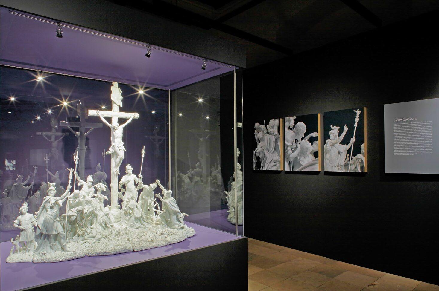 """Na wystawie oglądać można m.in. monumentalne, wysokie na niemal półtora metra i złożone z 15 segmentów porcelanowe """"Ukrzyżowanie"""". To dzieło Joachim Kändler wykonał na osobiste zamówienie Augusta III"""