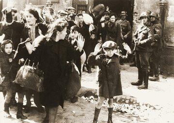 Najsłynniejsze zdjęcie - Żydzi wypędzeni z bunkrów.