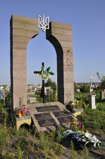 Nielegalny pomnik UPA na cmentarzu w Hruszowicach