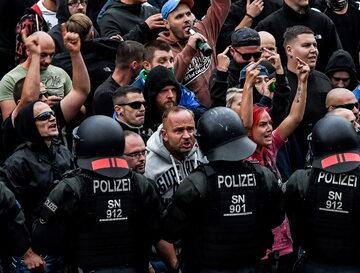 Niemiecka policja podczas demonstracji w Chemnitz