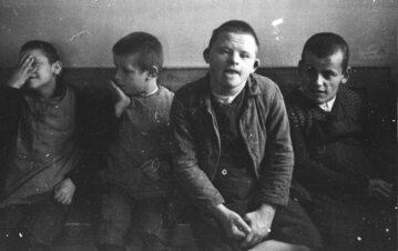 Niepełnosprawne dzieci na fotografii wykonanej dla SS. Tacy ludzie byli mordowani w ramach akcji T4. Zdjęcie ilustracyjne