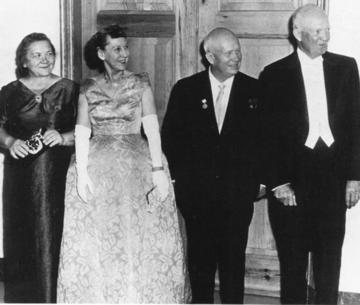 Nina Chruszczowa, Mamie Eisenhower, Nikita Chruszczow i Dwight Eisenhower podczas kolacji, 27 września 1959 r.