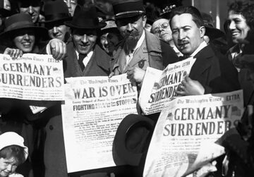 """Nowy Jork. Nagłówki gazet w """"fałszywy dzień rozejmu"""" 7 listopada 1918 roku"""
