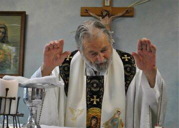 O. Peter Rookey odprawia Mszę św. w kaplicy biura Międzynarodowej Posługi Miłosierdzia