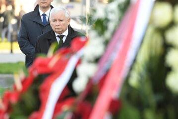 Obchody 10. rocznicy katastrofy smoleńskiej. Prezes PiS Jarosław Kaczyński (2L) składa wieniec pod pomnikiem prezydenta Lecha Kaczyńskiego, 10 bm. na pl. Piłsudskiego w Warszawie.