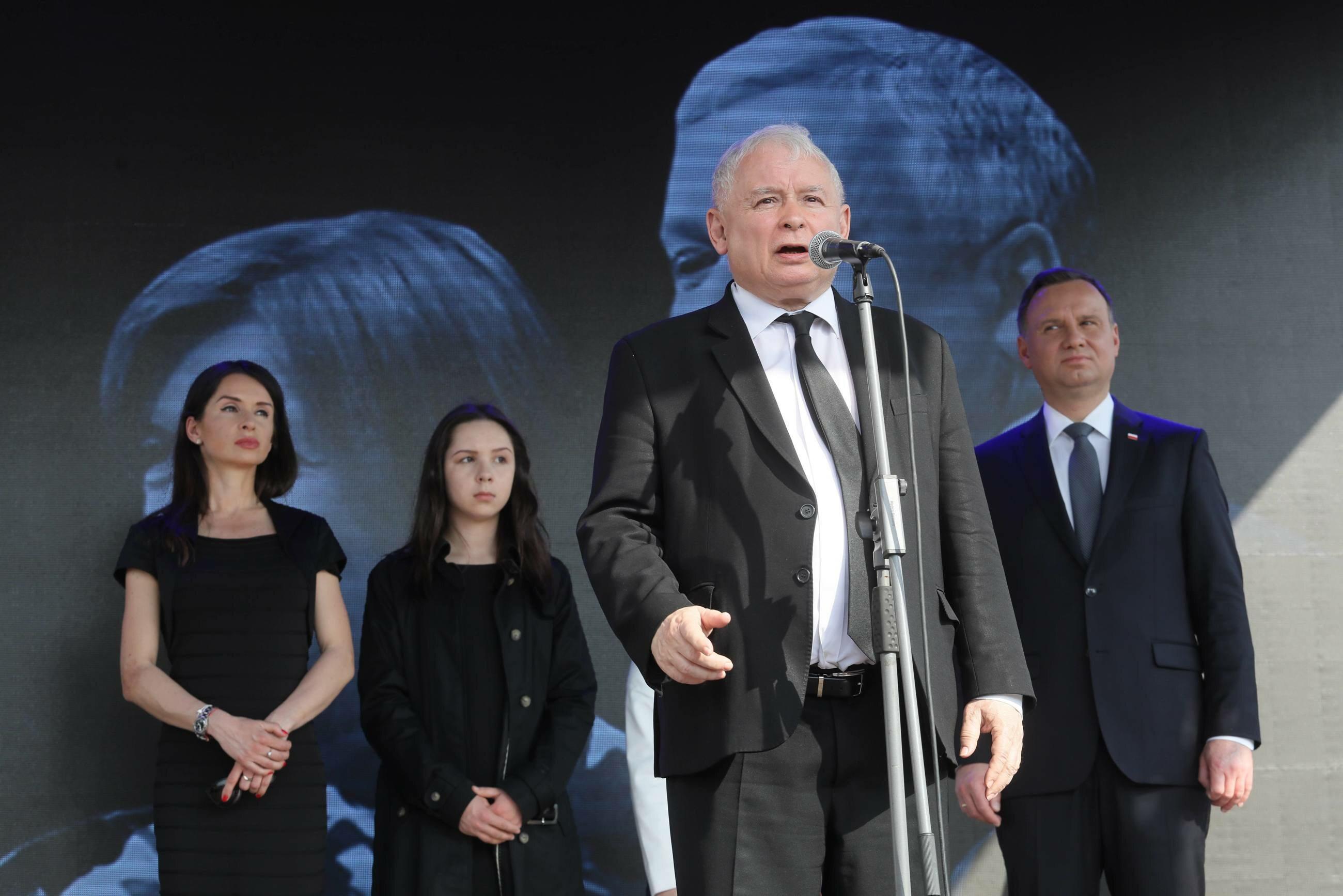 Obchody 8. rocznicy katastrofy smoleńskiej - prezydent Andrzej Duda, prezes PiS Jarosław Kaczyński oraz Marta Kaczyńska