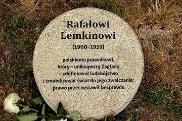 Obelisk upamiętniający Rafała Lemkina w Ogrodzie Sprawiedliwych w Warszawie