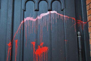Oblane czerwoną farbą drzwi kościoła pw. św. Augustyna w Warszawie,