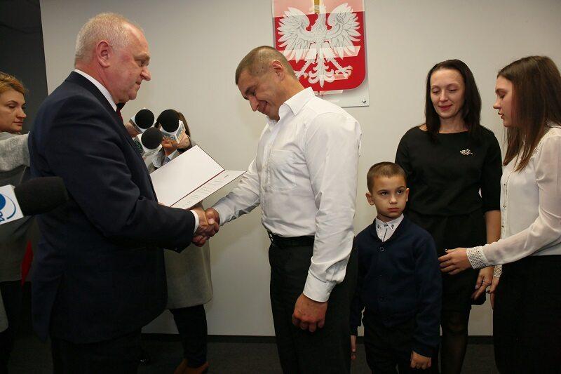 Obywatel Ukrainy Andriej Sirovatskyi wraz z rodziną podczas wręczenia obywatelstwa polskiego