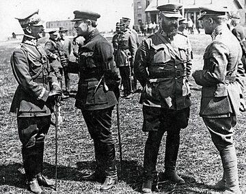 Od lewej: gen. Antoni Listowski, Symon Petlura, płk Salśkij, gen. Marko Bezruczko, kwiecień 1920 r.