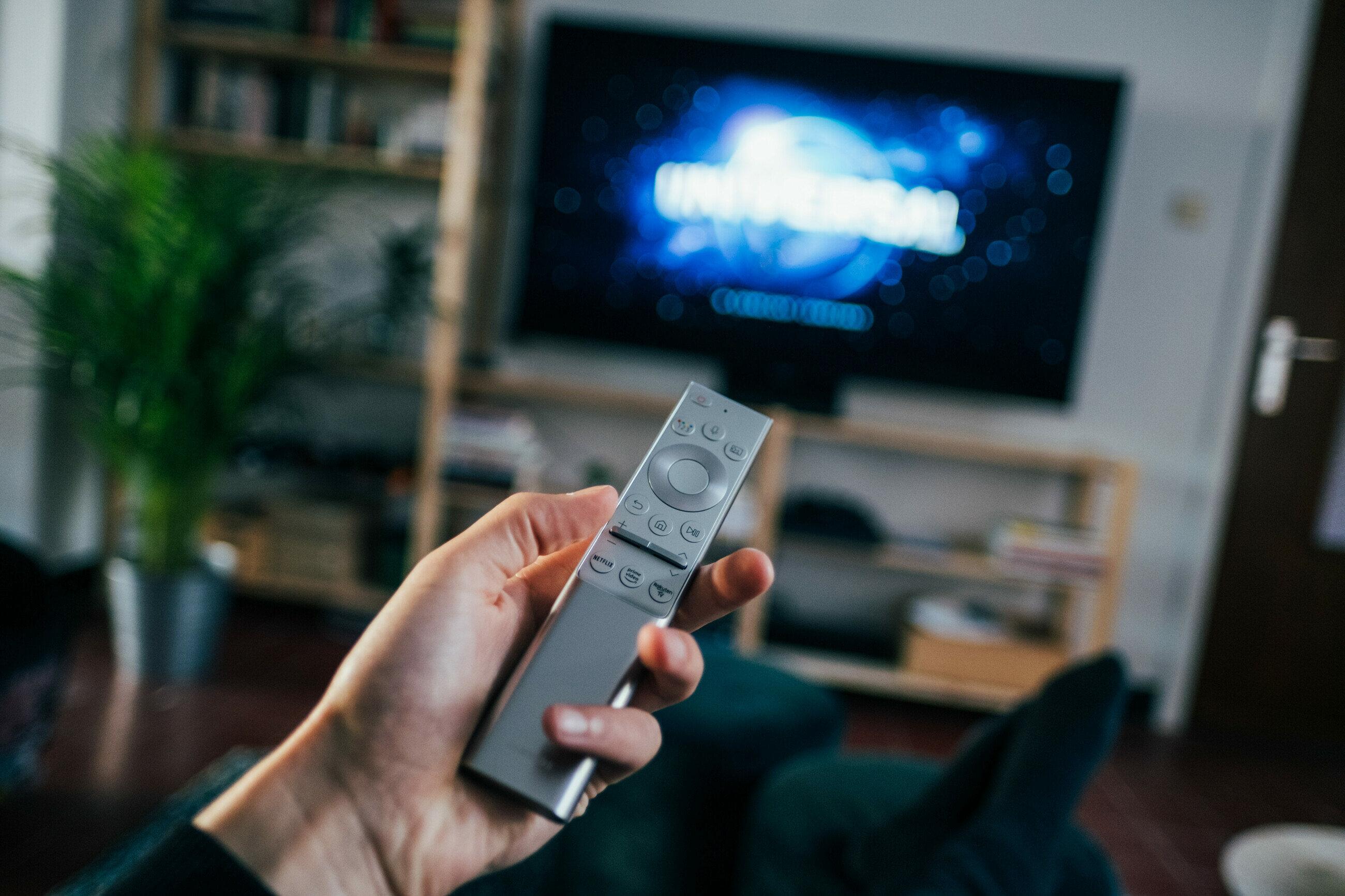 Oglądanie telewizji, zdjęcie ilustracyjne