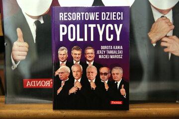 """Okładka książki """"Resortowe dzieci. Politycy"""""""