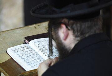 Ortodoksyjny Żyd pod Ścianą Płaczu w Jerozolimie