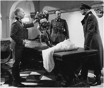 """""""Oscar"""" złapany przez Niemców. Kadr z filmu """"Najdłuższy dzień"""" (1962)"""
