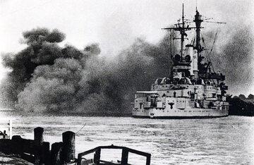 Pancernik Schleswig-Holstein strzelający w stronę placówki na Westerplatte, 1 września 1939 rok