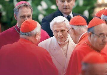 Papież emeryt Benedykt XVI w otoczeniu kardynałów, Watykan, 2014 r.