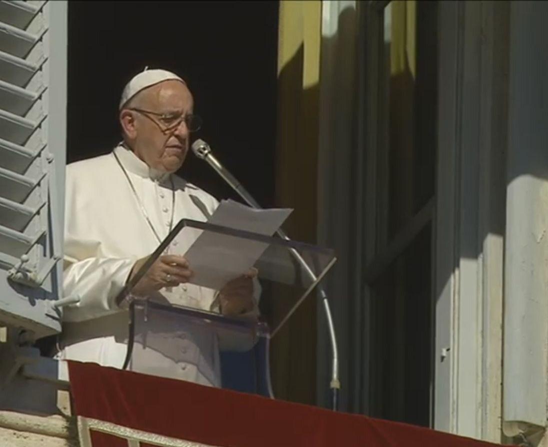 Papież Franciszek podczas modlitwy Anioł Pański