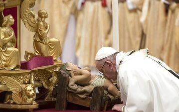 Papież Franciszek podczas Pasterki w bazylice św. Piotra w Rzymie.