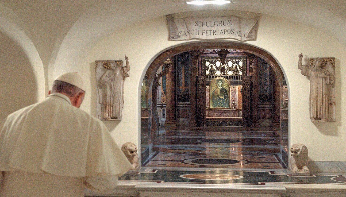 Papież Franciszek przy grobie św. Piotra w bazylice w Watykanie