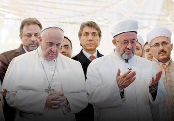 Papież Franciszek w Błękitnym Meczecie w Stambule podczas podróży apostolskiej do Turcji, listopad 2014 r.