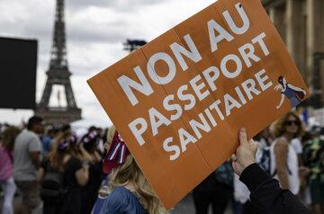 """Paryż. Protest przeciw """"paszportom covidowym"""""""