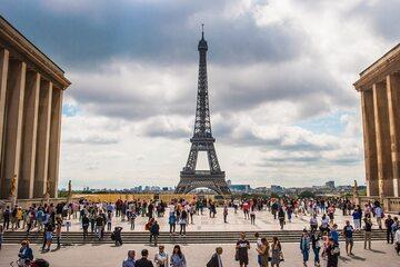 Paryż. Widok na wieżę Eiffla. Zdj. ilustracyjne