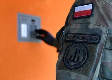 Patrol złożony z policjantki i żołnierzy sprawdza czy osoby objęte kwarantanną przebywają we wskazanych miejscach zamieszkania.