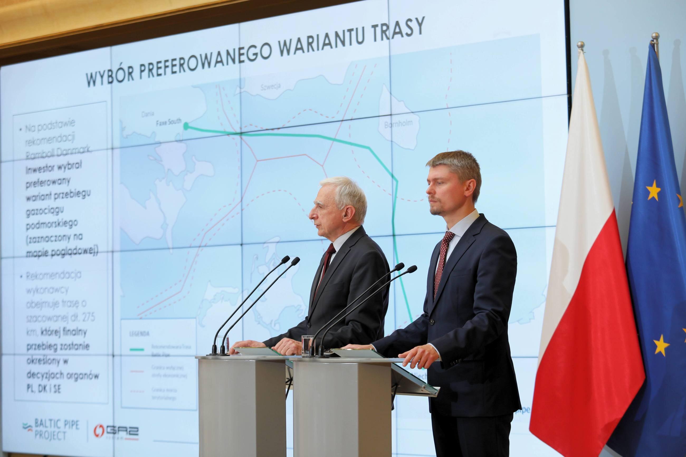 Pełnomocnik rządu do spraw strategicznej infrastruktury energetycznej Piotr Naimski (L) i prezes OGP Gaz-System S.A. Tomasz Stępień (P) podczas konferencji prasowej nt. aktualnego stanu prac nad projektem Baltic Pipe