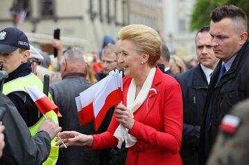 Pierwsza dama Agata Kornhauser-Duda (C) podczas uroczystości podniesienia Flagi Państwowej RP na Wieży Zegarowej Zamku Królewskiego w Warszawie, 2 bm. 2 maja obchodzimy Dzień Flagi RP.