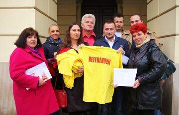 Piotr Guział z inicjatorami referendum w sprawie odwołania prezydent Warszawy