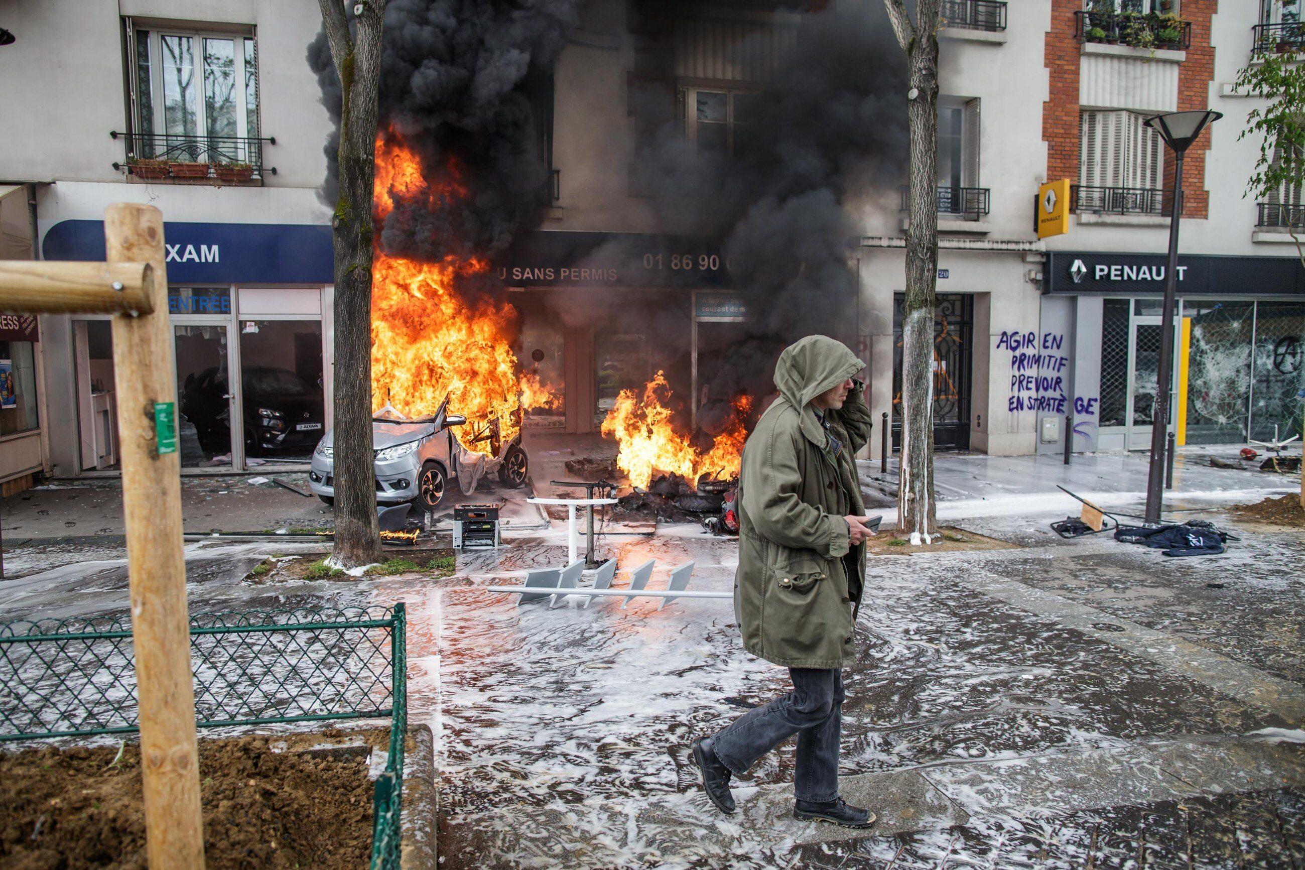 Płonące samochody w czasie zamieszek we Francji 1 maja