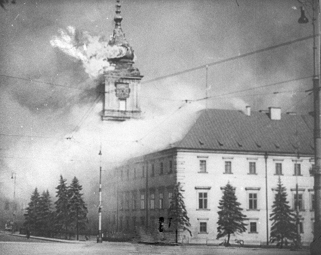Płonący Zamek Królewski po ostrzale artylerii niemieckiej 17 września 1939