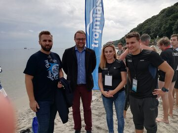 Pływak Sebastian Karaś (na zdjęciu pierwszy z prawej) przed dwoma laty jako pierwszy na świecie przepłynął Bałtyk wpław
