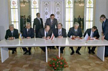 """Podpisanie """"porozumienia białowieskiego"""". B. Jelcyn – drugi siedzący od prawej"""