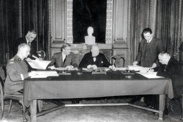 Podpisanie układu polsko-radzieckiego o nawiązaniu stosunków dyplomatycznych w Londynie.