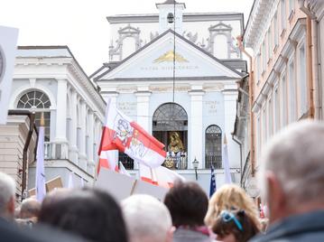 Polacy z Wileńszczyzny modlą się u stóp Matki Boskiej Ostrobramskiej
