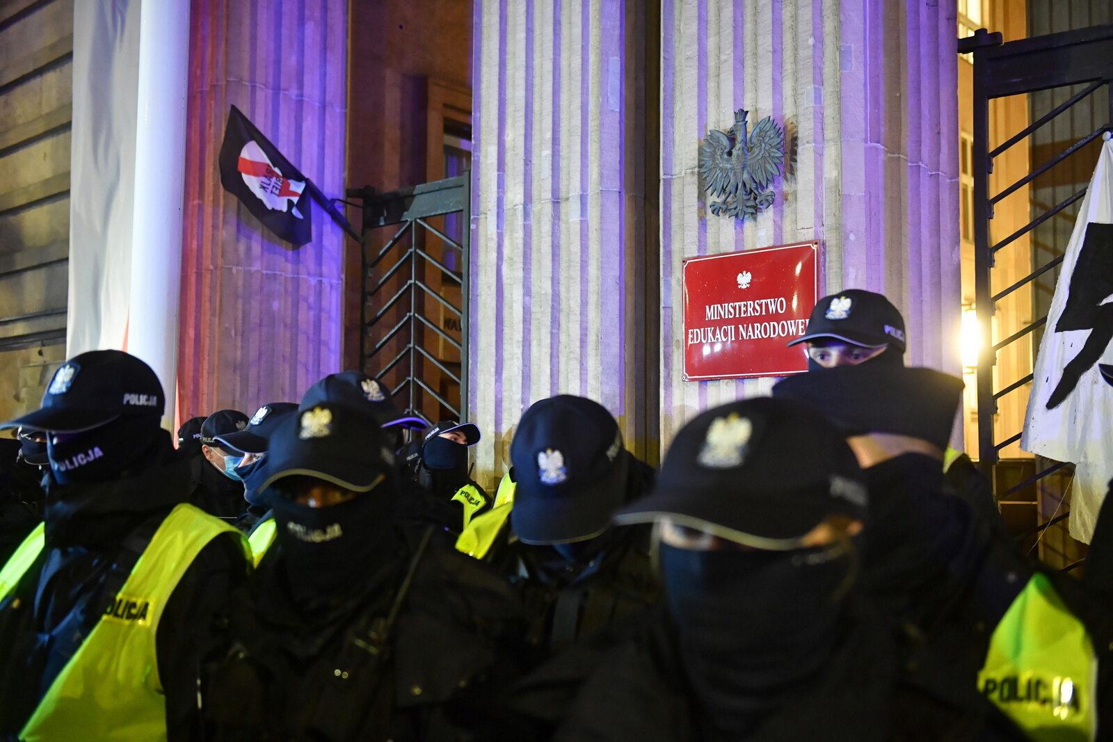 Policja przed gmachem MEN w Warszawie