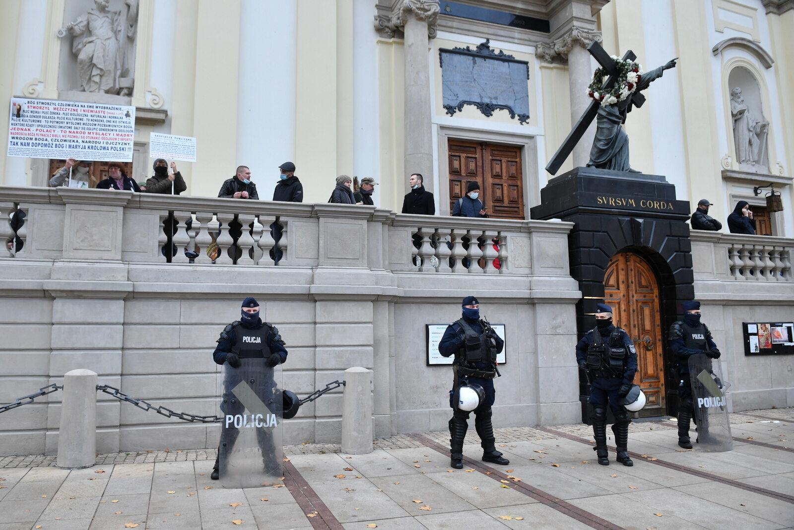Policja przed kościołem św. Krzyża na Krakowskim Przedmieściu w Warszawie