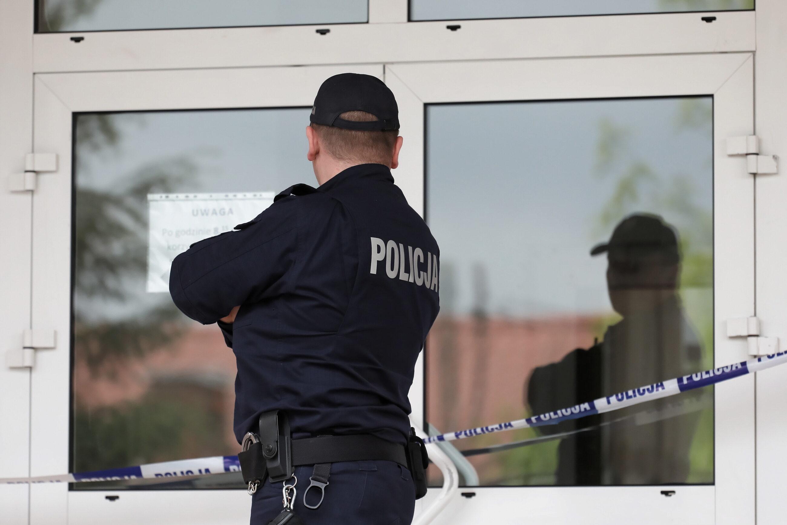 Policja przed Szkołą Podstawową nr 195 im. Króla Maciusia na warszawskim Wawrze