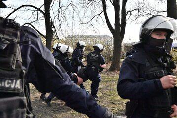 Policja w trakcie zatrzymywania uczestnika protestu z udziałem m.in Obywateli RP i Strajku Przedsiębiorców w okolicy pl. Piłsudskiego w Warszawie.
