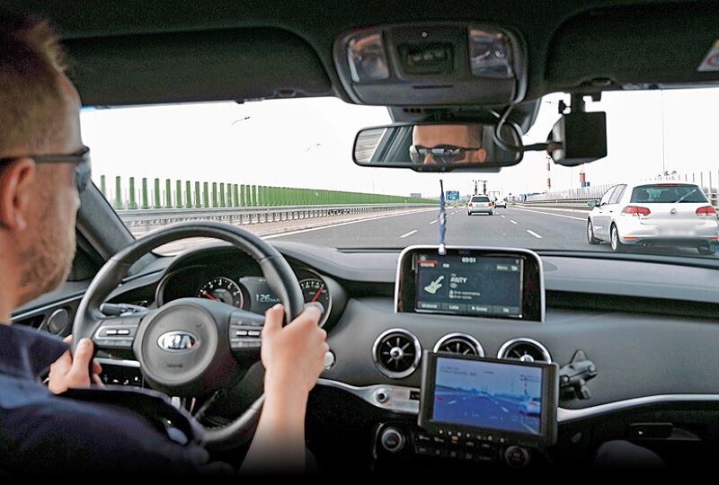 Policyjne patrole SPEED mają do dyspozycji m.in. szybkie auto KIA Stinger